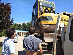 即将卸车的YC60-8小挖
