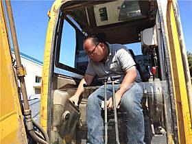 玉柴服务人员为李玉生的挖机做体检