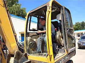 玉柴服务人员为玉柴YC60-8小挖做体检