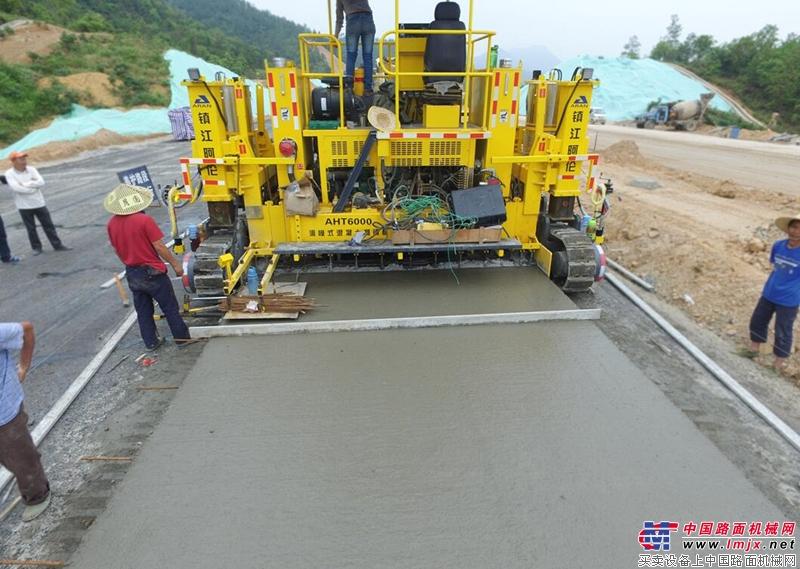 品质赢得信赖!镇江阿伦滑模式水泥混凝土摊铺机深受市场认可