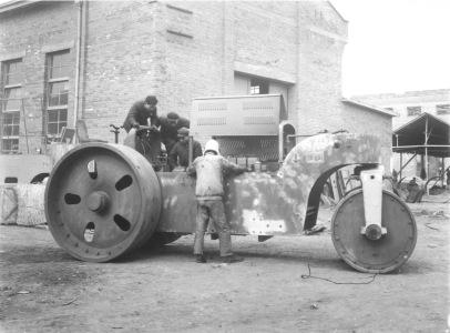 1954年研制出我国第一台三轮压路机