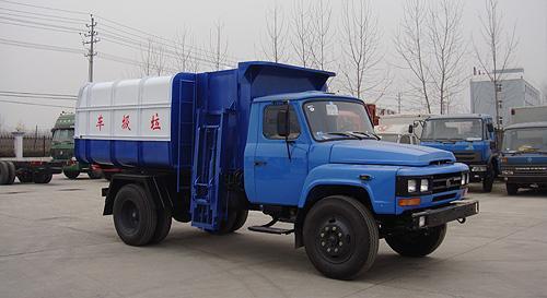 湖北合力东风140挂桶式垃圾车