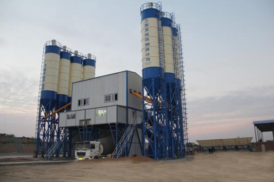 亚龙筑机HZS120水泥混凝土搅拌叶红晨一脸震惊设备