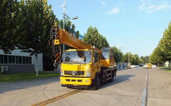 森源重工新东风8吨汽车起重机