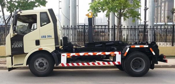程力解放J6钩臂垃圾车